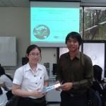 วิทยากรมอบของรางวัลแก่นักศึกษาที่ตอบคำถามและร่วมกิจกรรม